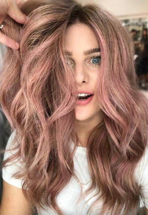 chica con cabello chocolate y detalles en rose gold ;14 Pruebas de que el tinte rose blonde es la nueva tendencia