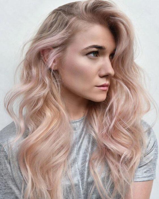 chcia de perfil mostrando su cabello teñido en rose gold ;14 Pruebas de que el tinte rose blonde es la nueva tendencia