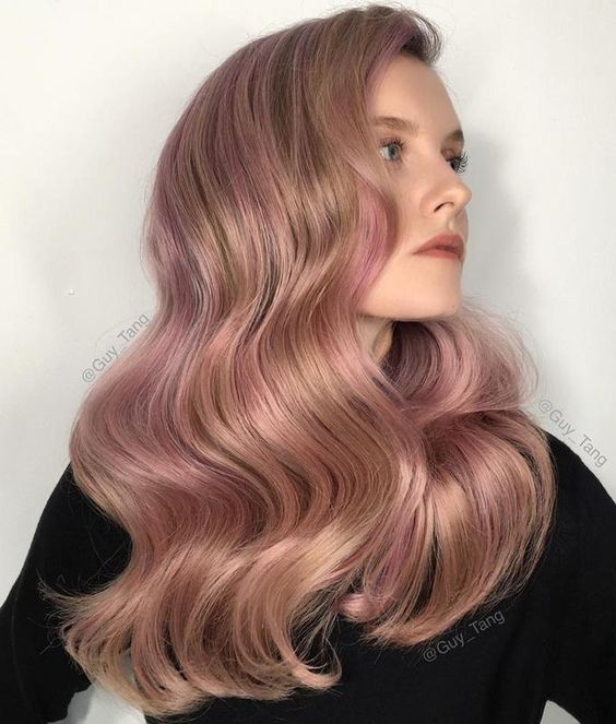 chica con cabello teñido en tono rose gold oscuro ;14 Pruebas de que el tinte rose blonde es la nueva tendencia