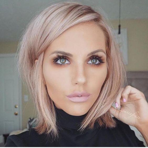 chica con cabello teñido en rose gold platinado ;14 Pruebas de que el tinte rose blonde es la nueva tendencia