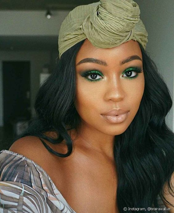 girl with makeup in green tone with glitter; ; 15 Makeups in green tones to reconnect with nature
