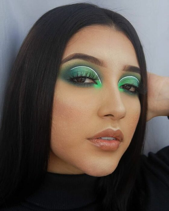 girl with makeup in green tone in contrast to fluorescent; 15 makeup in green tones to reconnect with nature