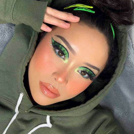 girl with lemon green makeup with glitter and outlined in black; 15 makeup in green tones to reconnect with nature