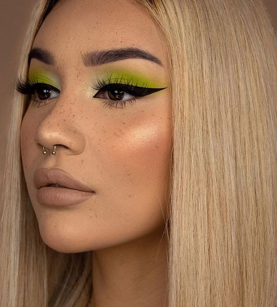 girl with lemon green makeup with black outlines; 15 makeup in green tones to reconnect with nature