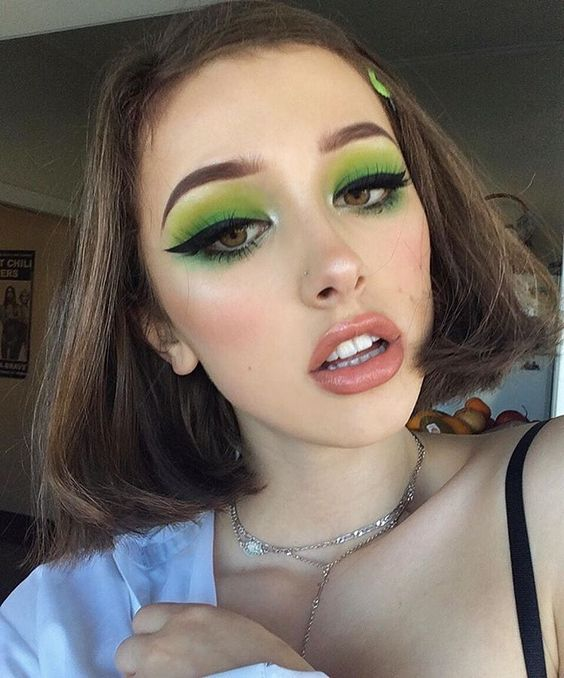 girl with duo shadows on eyes in green tones; 15 makeup in green tones to reconnect with nature