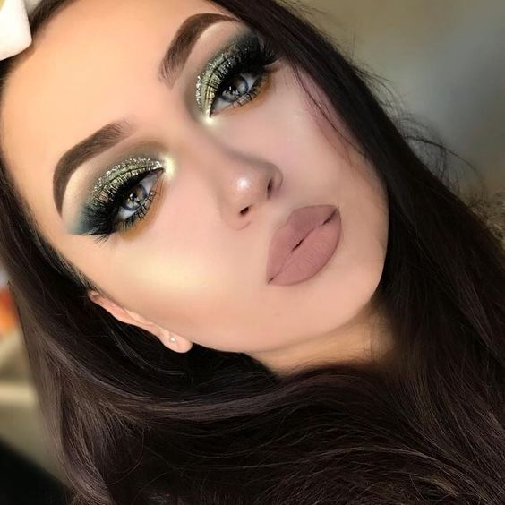 girl with makeup in green tones with glitter and brown lipstick; 15 makeup in green tones to reconnect with nature