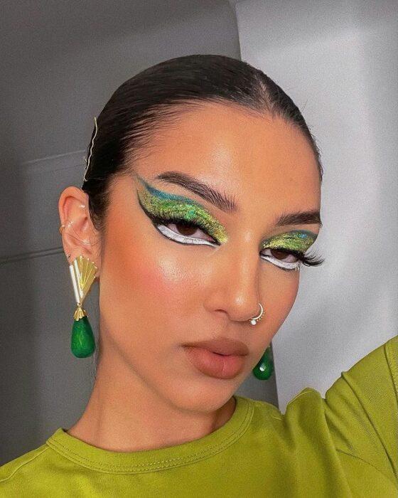 Chica con maquillaje en ojos en tono verde ;15 Maquillajes en tonos verde para reconectar con la naturaleza