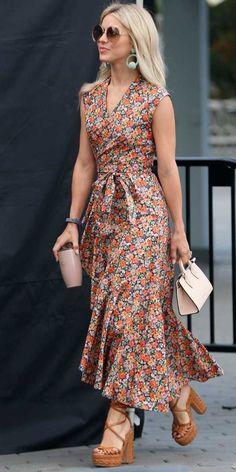 Chica usando un vestido casual con tenis