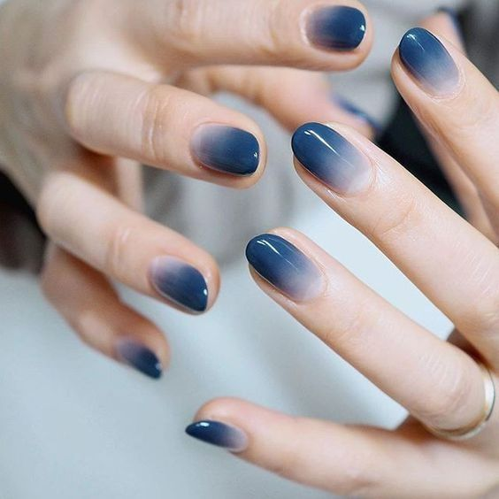 Manicura estilo caramelo en azul oscuro ;16 Manicuras azules para sentir tus dedos entre las nubes