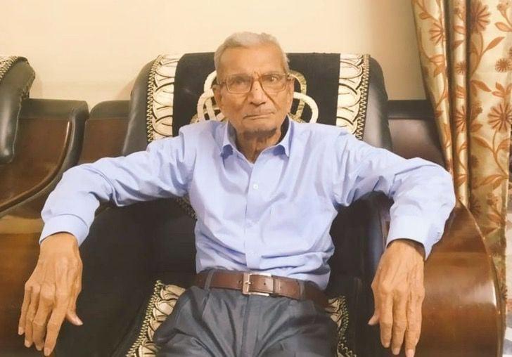 Abuelo sentado en un sofá;  Abuelito cedió su cama en el hospital para salvar a un paciente joven