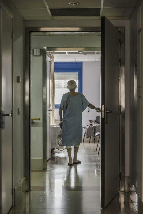 Abuelito caminando en el pasillo de un hospital; Abuelito cedió su cama en el hospital para salvar a un paciente joven