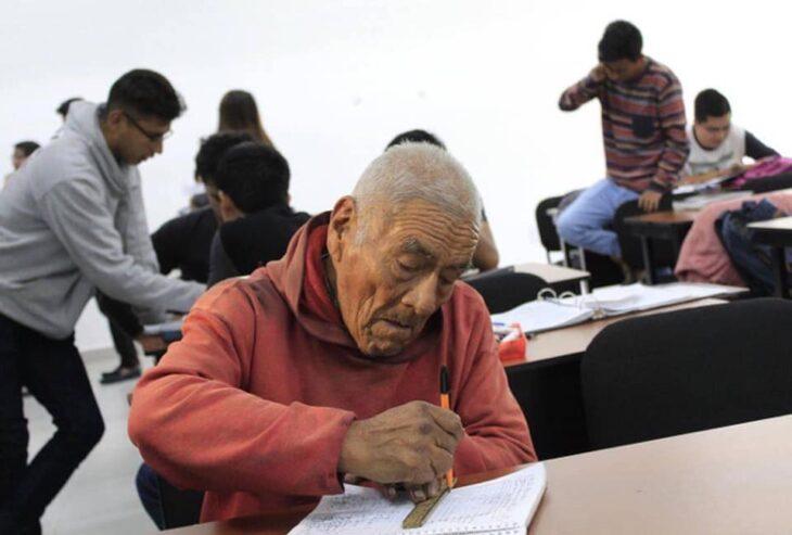 Abuelito de 84 años escribiendo en su libreta