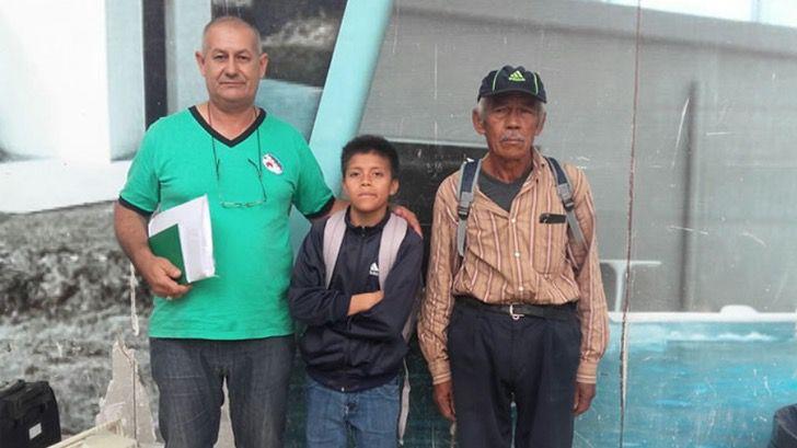 ABuelito y nieto juntos en la escuela; Abuelo y nieto rompen en llanto recibiendo su diploma. Caminaron 6 km a diario hasta la escuela