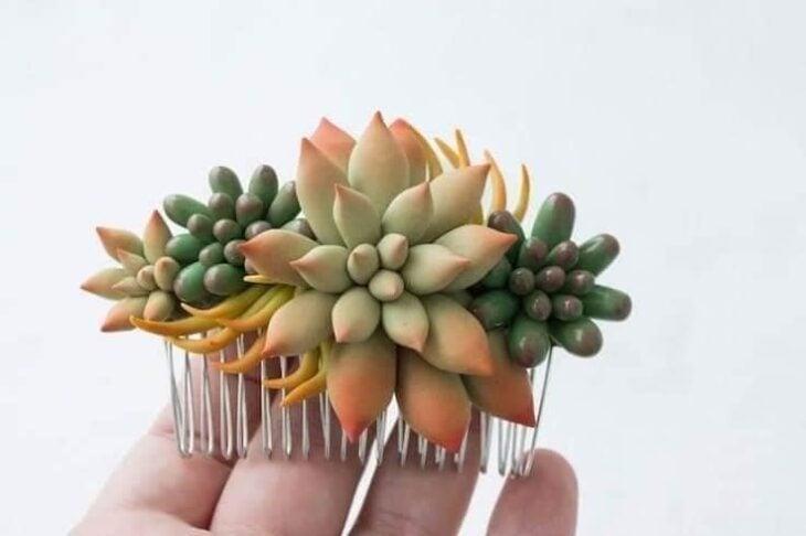 Accesorio en forma de suculenta con diferentes colores