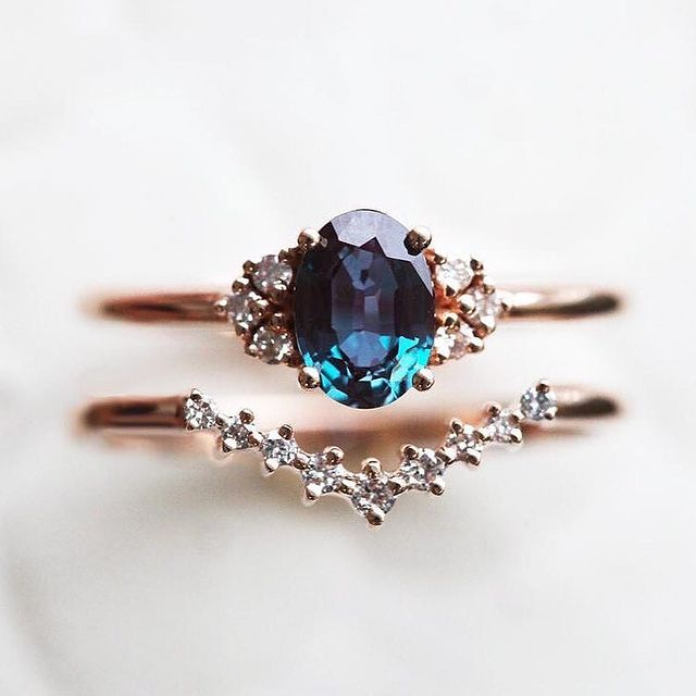 Anillo de compromiso en tono dorado con una piedra color azul