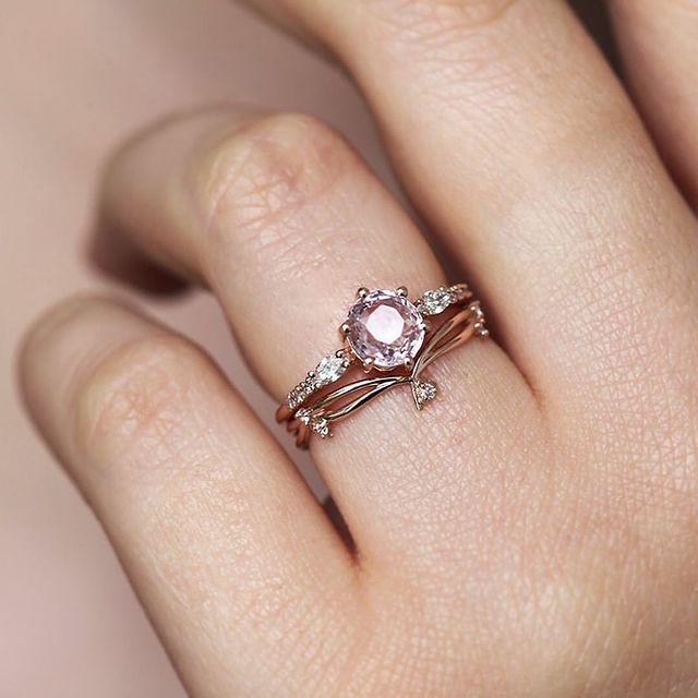 Anillo de compromiso en tono dorado con una piedra color rosa
