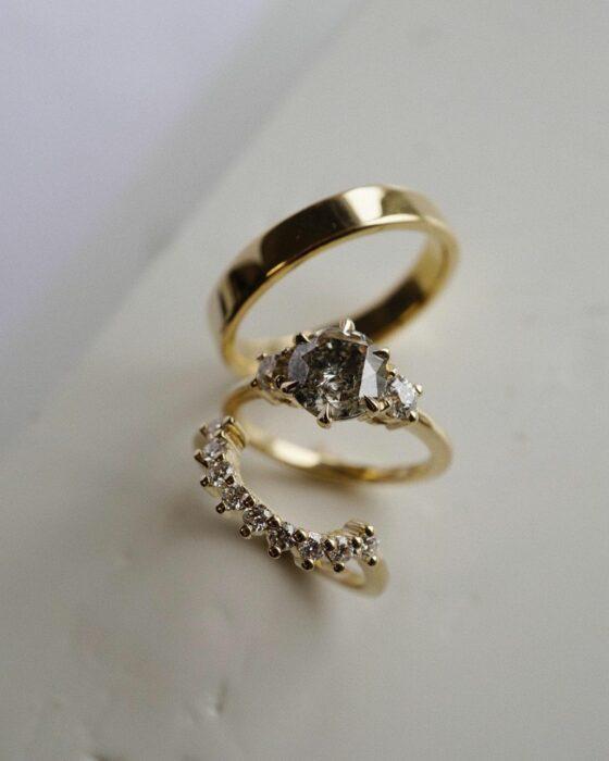 Anillo de compromiso en tono dorado con una piedra color blanco