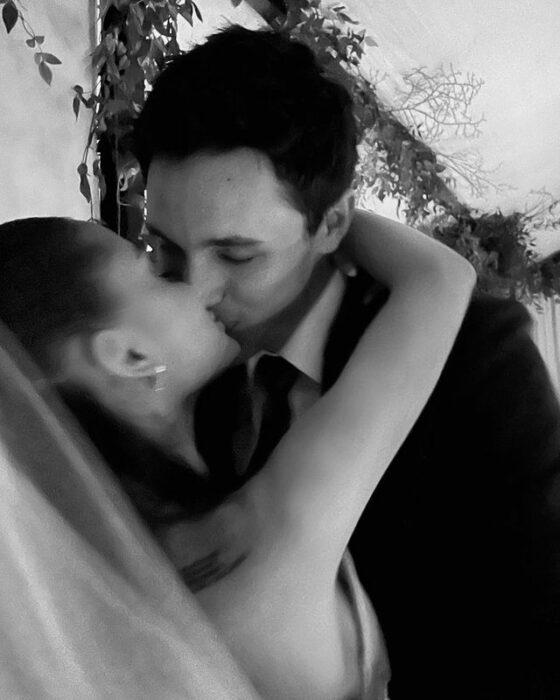 Ariana Grande y Dalton Gomez besandose; Ariana Grande revela las primeras fotos de su boda secreta con Dalton Gomez