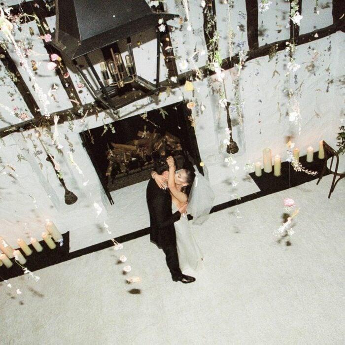 Ariana Grande y su esposo bailando; Ariana Grande revela las primeras fotos de su boda secreta con Dalton Gomez