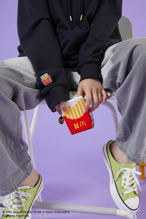 cartera en forma de papas fritas ;Army, preparate para comprar toda la colección BTS de McDonalds