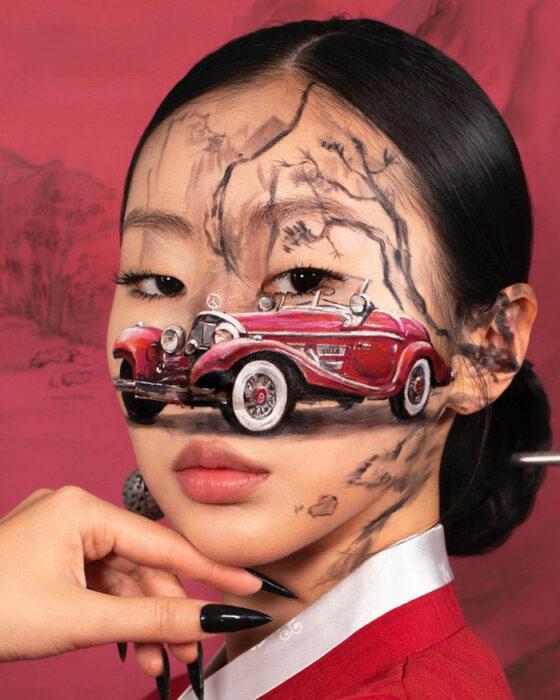 Artista Dain Yoon haciendo un maquillaje con ilusión óptica