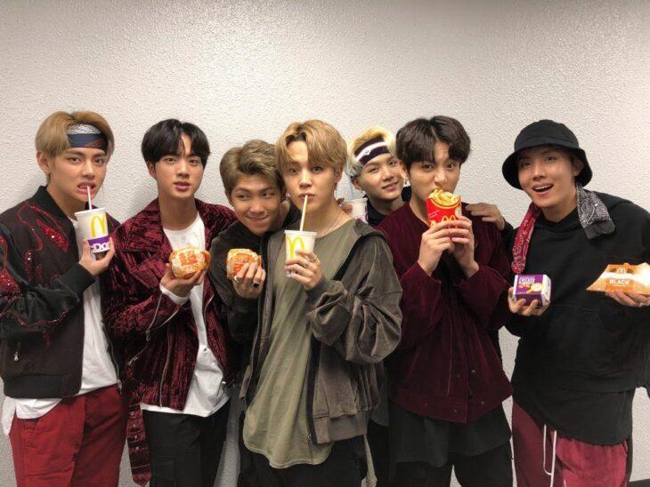 BTS posando para una foto promocional de BTS Meal