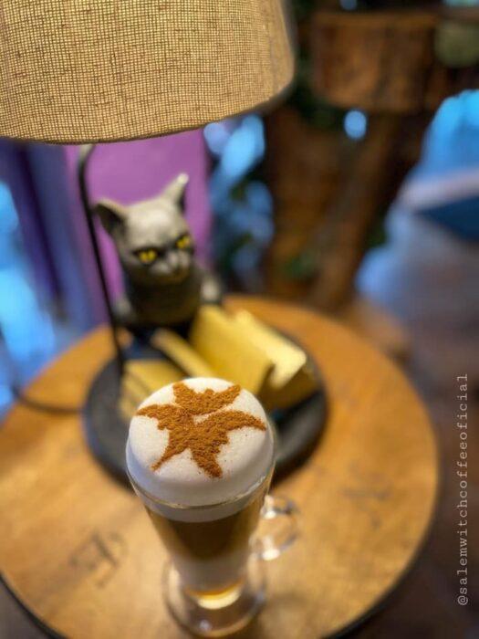 café cappuccino con espuma; ;Esta cafetería inspirada en brujas sirve las mejores posiciones del mundo oscuro