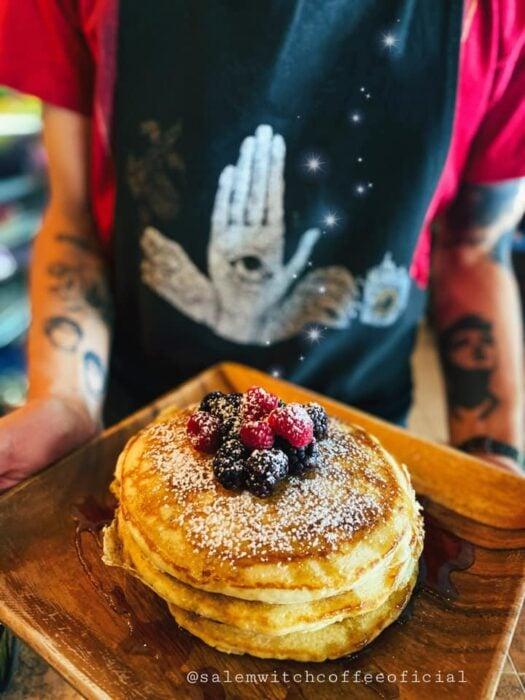 hot cakes con frutos rojos ;Esta cafetería inspirada en brujas sirve las mejores posiciones del mundo oscuro