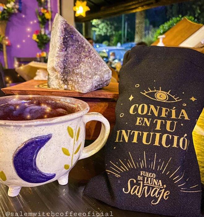té de moras ;Esta cafetería inspirada en brujas sirve las mejores posiciones del mundo oscuro