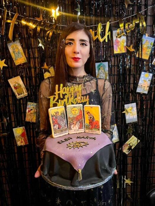 chica celebrando un cumpleaños ;Esta cafetería inspirada en brujas sirve las mejores posiciones del mundo oscuro