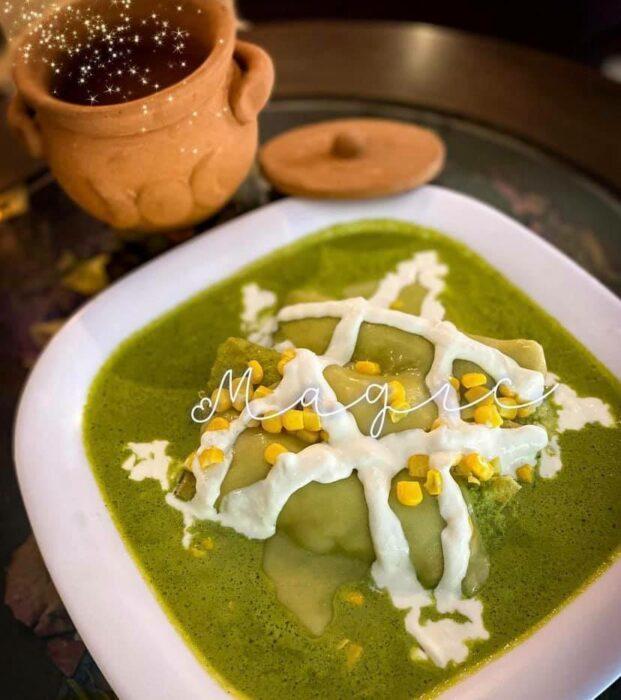 chilaquiles verdes con elote ;Esta cafetería inspirada en brujas sirve las mejores posiciones del mundo oscuro