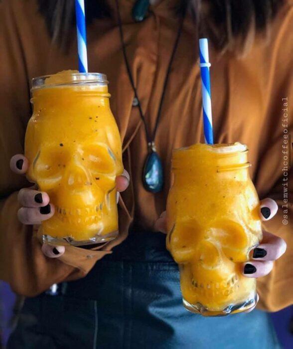 Vasos de cristal en forma de calavera con frappe de mango ;Esta cafetería inspirada en brujas sirve las mejores posiciones del mundo oscuro