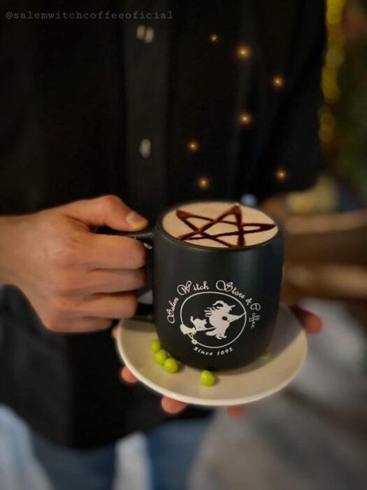 taza de café con espuma ;;Esta cafetería inspirada en brujas sirve las mejores posiciones del mundo oscuro