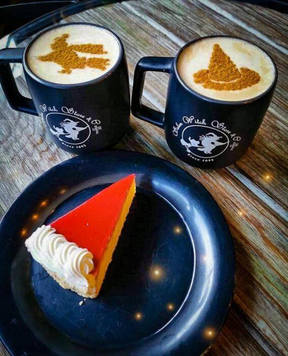 combo café con pastel de calabaza ;Esta cafetería inspirada en brujas sirve las mejores posiciones del mundo oscuro
