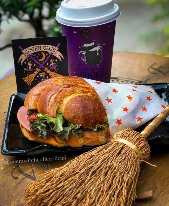 cuernito con jamón ;Esta cafetería inspirada en brujas sirve las mejores posiciones del mundo oscuro
