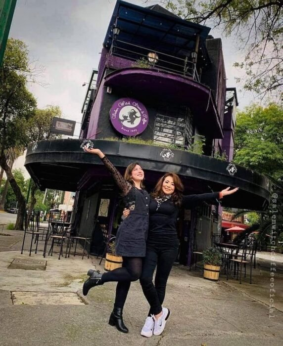 Chicas frente a la cafetería Salem Witch Stor & Coffe; ;Esta cafetería inspirada en brujas sirve las mejores posiciones del mundo oscuro