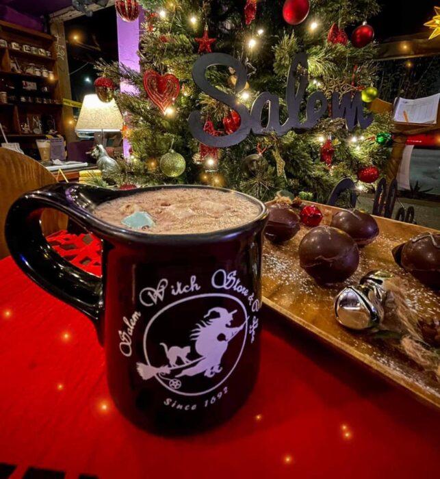 chocolate con bombones ;Esta cafetería inspirada en brujas sirve las mejores posiciones del mundo oscuro