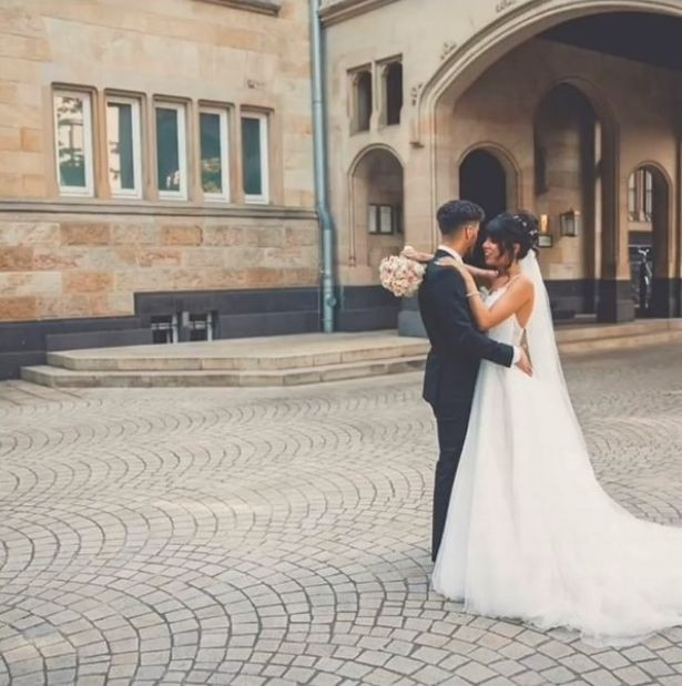 Pareja de novios abrazados; Chica celebra una boda falsa con su 'nuevo novio' para 'vengarse' de su ex
