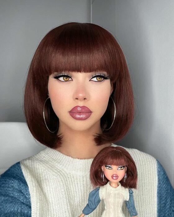 Chica imitando el maquillaje de una Bratz