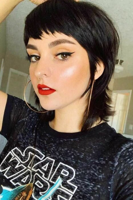 Chica usando un corte de cabello estilo mullet