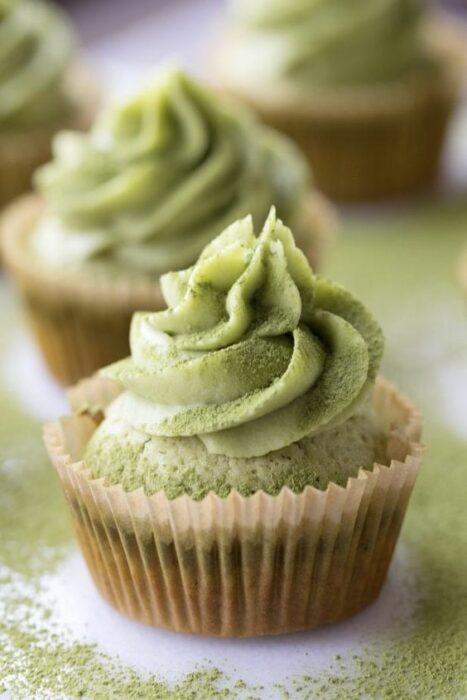 cupcakes con crema batida ;Deliciosas recetas de postres con té matcha