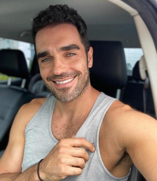 Marcus Ornellas sonriendo mientras va conduciendo su automóvil