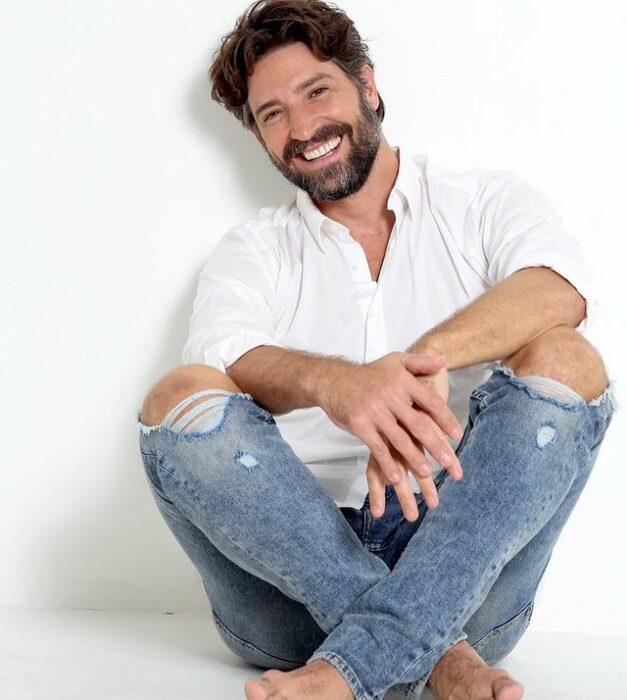 David Chocarro sentado en el suelo sentado en el suelo
