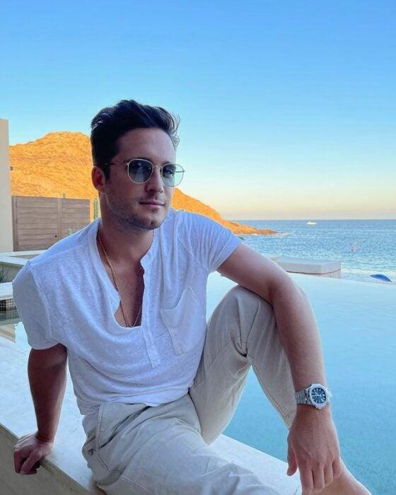 Diego Boneta sentado en el balcón de un hotel
