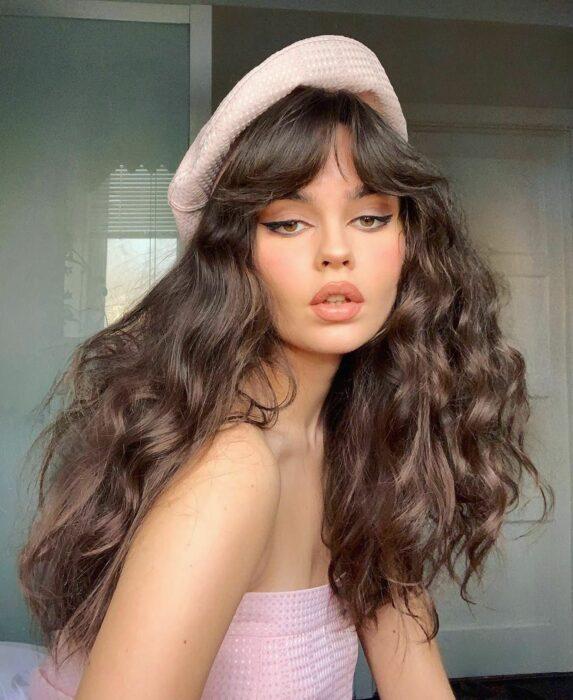 Chica usando un fleco estilo Walft con el cabello largo y sujetado en una coleta