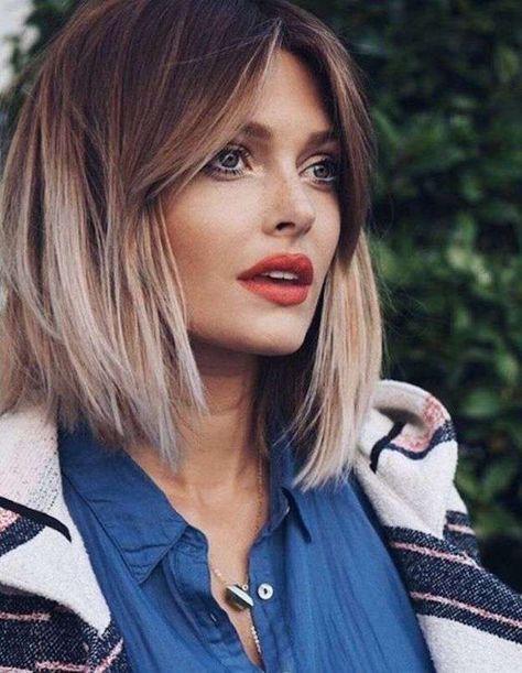 Chica usando un fleco estilo Walft con el cabello largo y y esponjado en la parte lateral