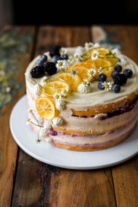 Pastel nude con limón y moras ;18 Hermosos pasteles de moras que querrás presumir en Instagram