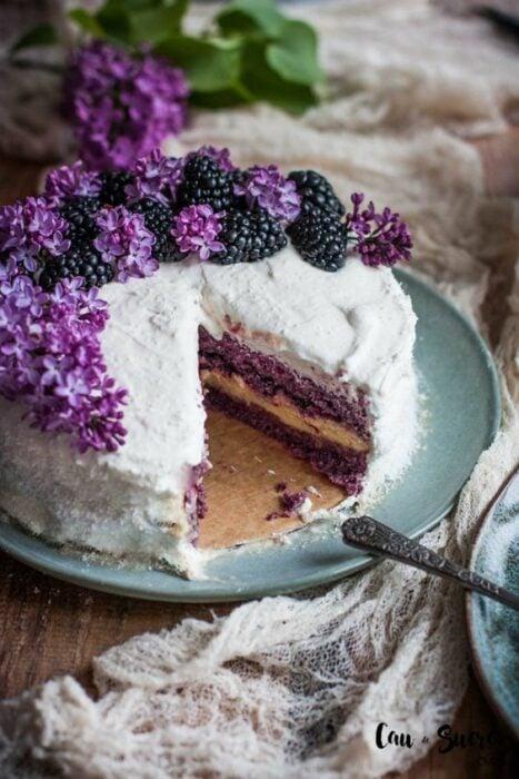 Pastel con crema de coco ;18 Hermosos pasteles de moras que querrás presumir en Instagram