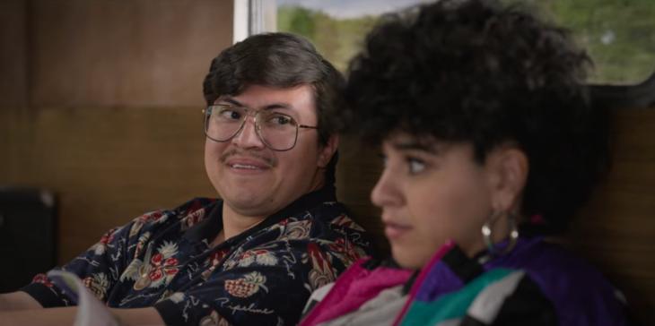 Ricky Vela viendo con cariño a Suzzette quintanilla en la serie