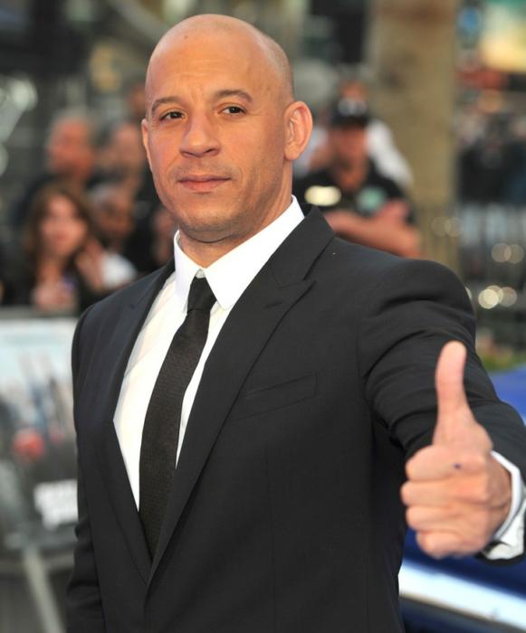 Vin Diesel posando para una foto en una alfombra roja